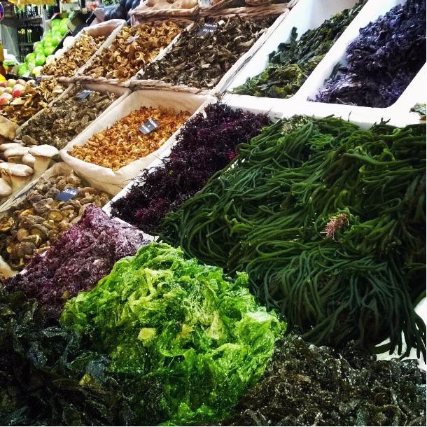 Frutas y verduras J. Morcillo o Javi Algas, en el Mercado de Ruzafa, es la primera tienda especializada en algas de Valencia.