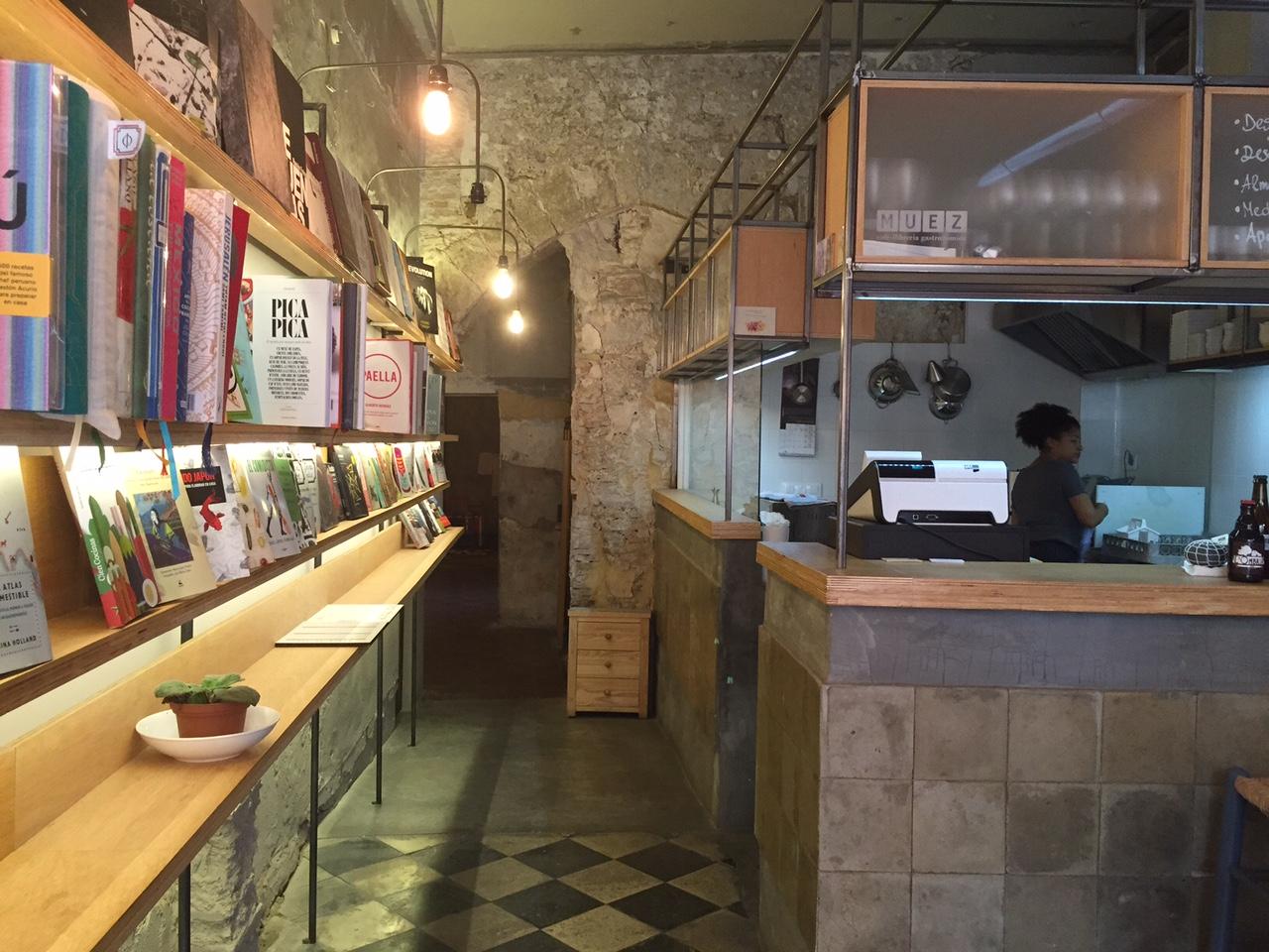 Muez es un café librería gastronómica ubicado muy cerca del Mercado Central de Valencia
