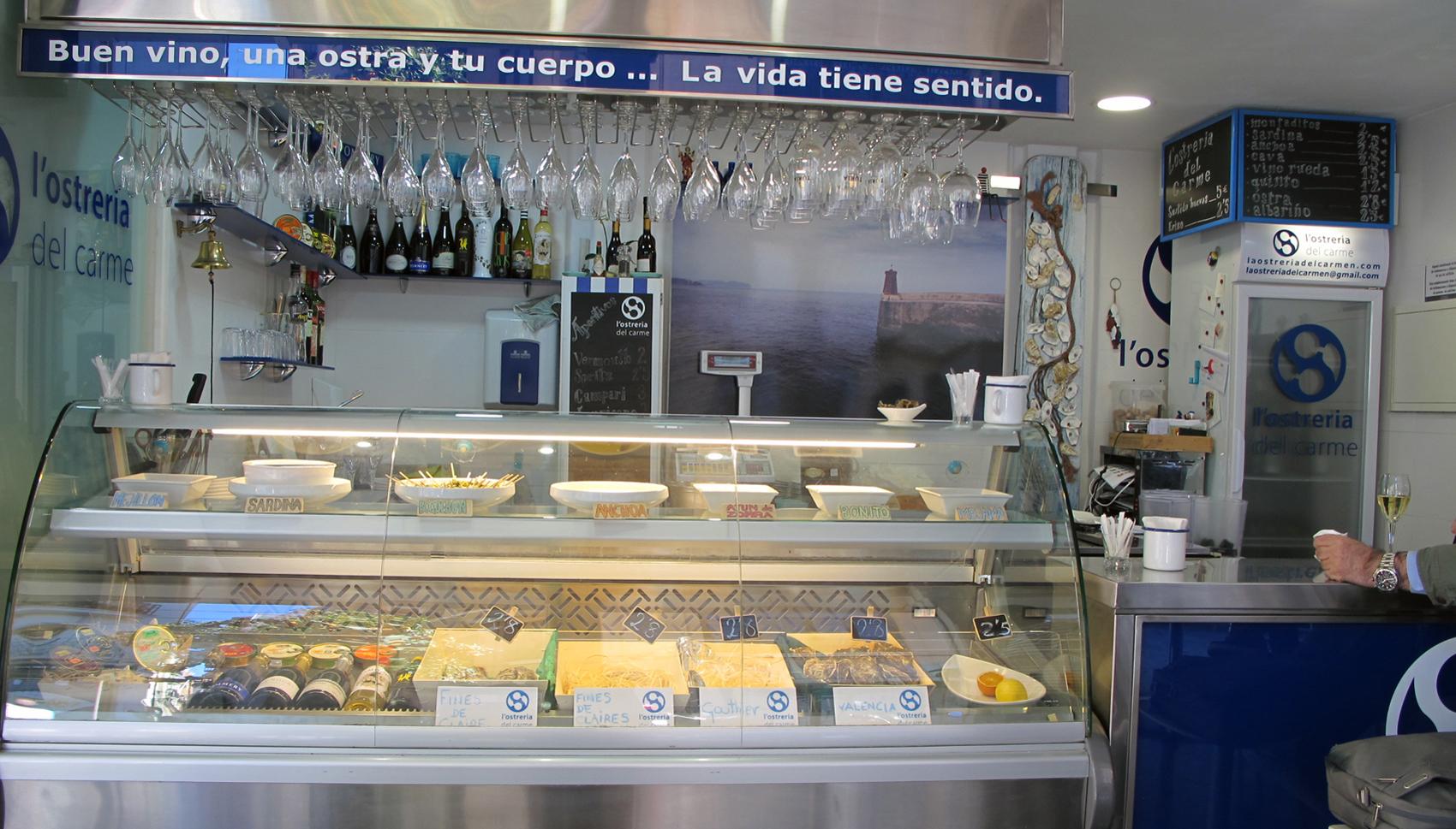 En La Ostrería del Carmen (Mercado de Mossén Sorell) puedes degustar ostras y una amplia variedad de salazones