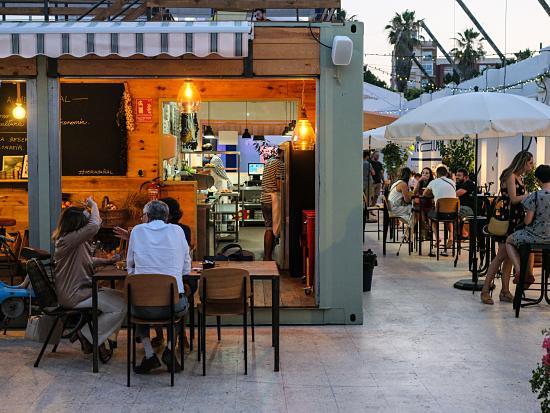 El mercado gastronómico del Cabanyal amplía horario y propuestas para todos los públicos para reactivar el barrio potenciando el ocio frente al mar.